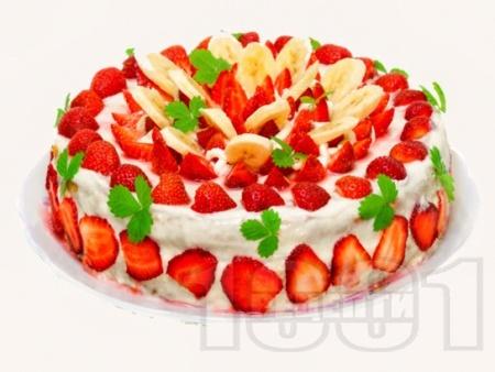Плодова торта с желиран крем от заквасена и сладкарска сметана, меденки,  плодове (ягоди, банани) и бял шоколад - снимка на рецептата